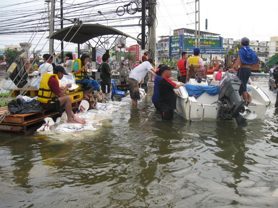 People evacuating from central Ayutthaya.