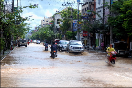 Water still pouring into Charoeung Muang Rd