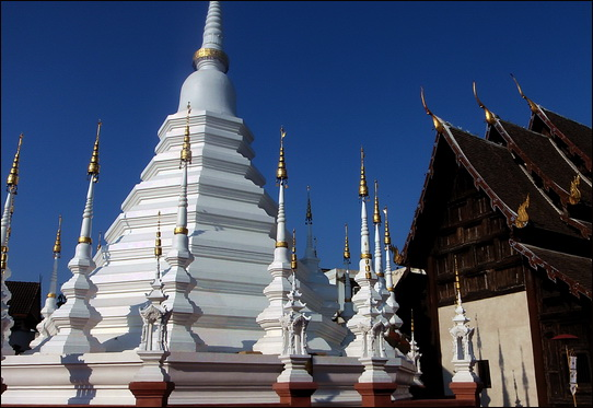 Chedi and viharn - Wat Pan Thao