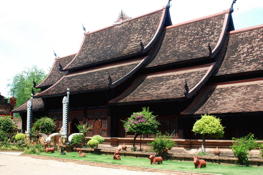 Wat Lok Molee main worshipping hall.