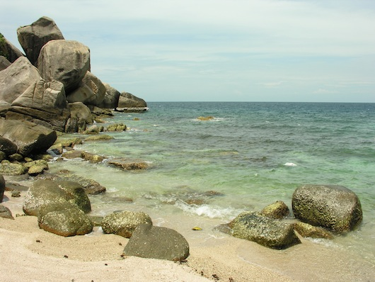 Before or after cliff jumping, Laem Thian beach is a not a bad spot to relax.