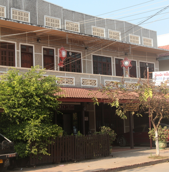 Jaliya Guesthouse - Front building facing the street or the one with the garden - your choice.