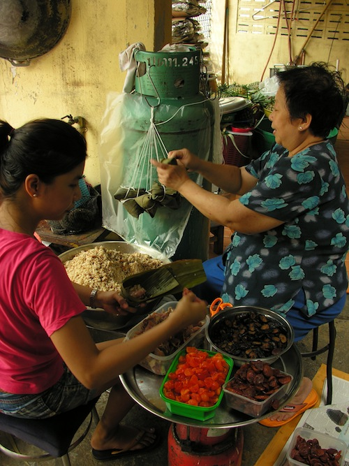 A mother-daughter team crafting khanom pat jang in Thonburi.