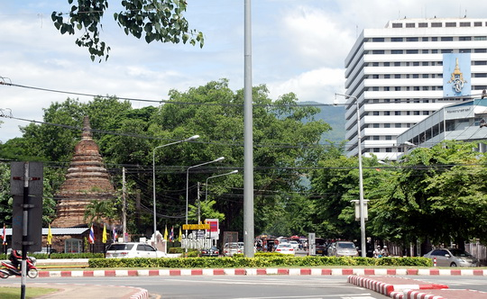 Suthep Road with the large Suan Dok Hospital on the right