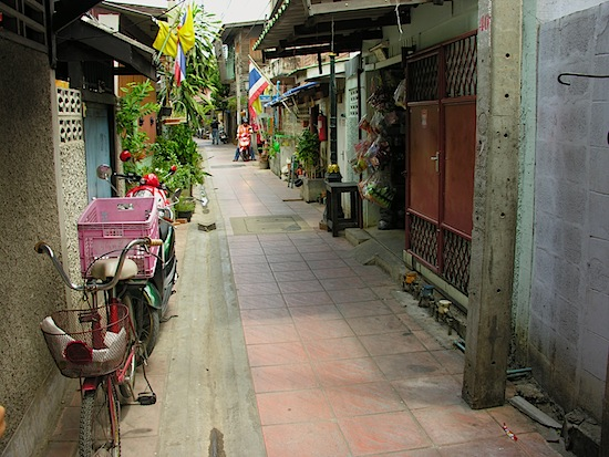 Heading into a typical Thonburi neighbourhood.