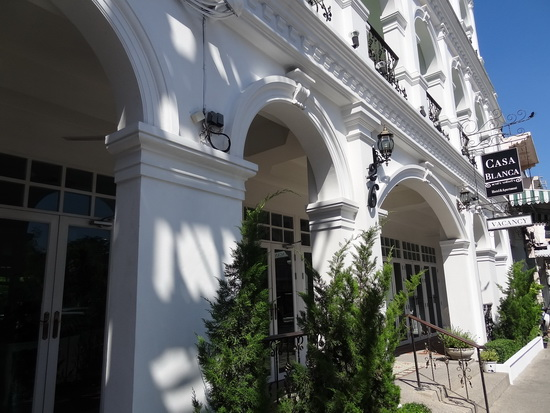 Casa Blanca's entrance: styled after the Old Town's Sino-Portuguese buildings.