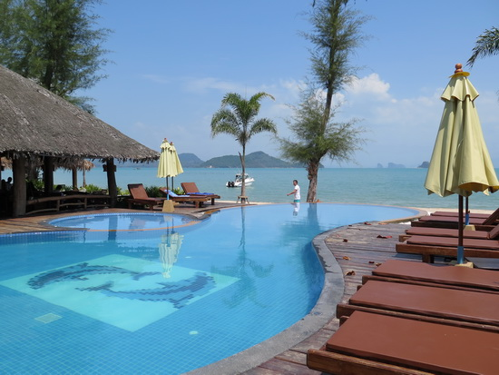 Desperate for a pool resort that won't break the bank? Then go to Ko Yao Yai. This is Thiwson Beach Resort.